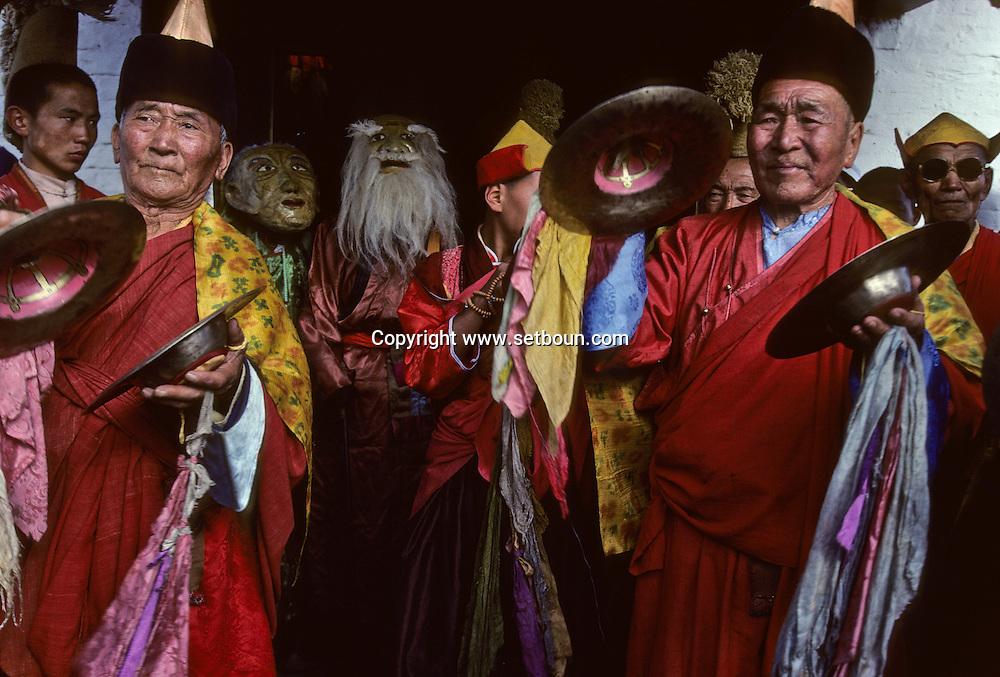 Mongolia. Maidar Buddhist ceremony  Erden Zuu, Karakorum      /  Procession boudhiste du Maidar.  (Monastère de Erdeni Zuu à Qaraqorin (Karakorum) Mongolie ), Porteur de l'encensoir au repos.La procession fait étape à l'extérieur du monastère dont on aperçoit au fond la muraille aux 108 stupas et l'une des quatres portes d'entrée. Le lama porteur de l'encensoir qui a précédé le char de la cérémonie pour lui frayer la voie, se repose à un endroit aménagé. Des laïcs viennent le trouver pour lui demander une bénédiction..[XVIème siècle] /  186       P0007410
