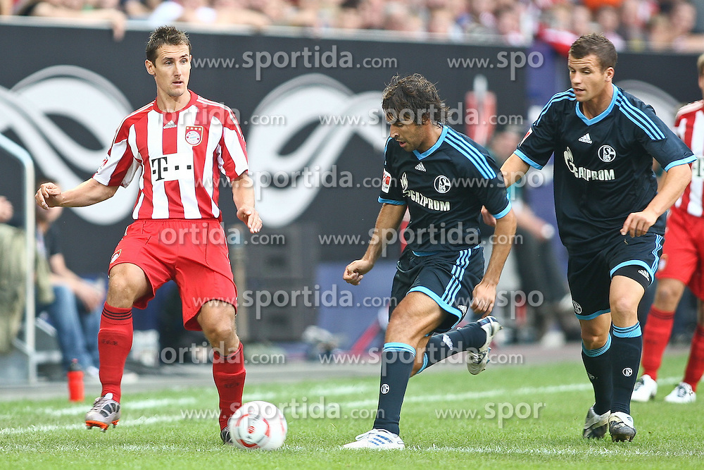 07.08.2010,  Augsburg, GER, 1.FBL, Supercup, FC Bayern Muenchen vs FC Schalke 04,  im Bild Miroslav Klose (Bayern #18) und Raul (Schalke #7), EXPA Pictures © 2010, PhotoCredit: EXPA/ nph/ . Straubmeier+++++ ATTENTION - OUT OF GER +++++ / SPORTIDA PHOTO AGENCY