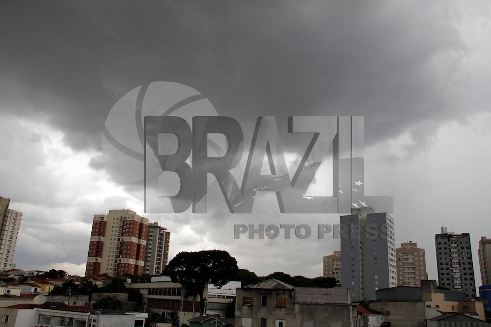S&Atilde;O PAULO,SP,18 JANEIRO 2012 - CLIMA TEMPO ZONA LESTE<br /> Nuvens carregadas na tarde de hoje  na regi&atilde;o da Vila Prudente na zona leste.FOTO ALE VIANNA - NEWS FREE.