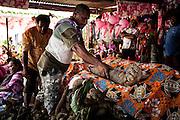Le clan de l'homme recouvre le don en signe d'acceptation de la Parole donnée par le clan de la femme créant ainsi l'alliance entre les deux clans.  - Mariage Kanak  - Tribu de Méhoué, Canala – Nouvelle Calédonie – Septembre 2013