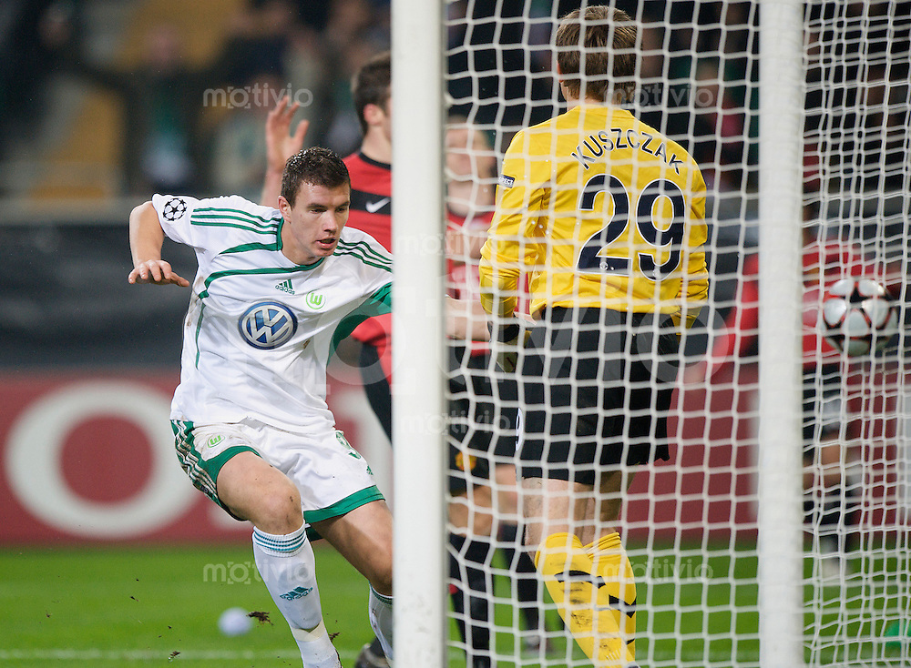 Fussball Uefa Champions League VFL Wolfsburg - Manchester United FC Zvjezdan MISIMOVIC (Wolfsburg) erzielt das Tor zum 1:1 gegen Tomasz KUSZCZAK (Manchester).