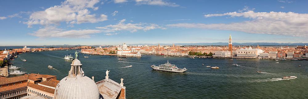 Vom Turm auf San Giorgio Maggiore kann man bei schönem Wetter den Blick über ganz Venedig bis hin zur südlichen Alpenkette genießen.