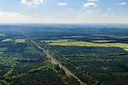 Nederland, Gelderland, Gemeente Ede, 29-05-2019; spoorlijn Ede - Arnhem (aan de horizon), ter hoogte van Wolfheze, zuidelijk deel van de Veluwe.<br /> Ede - Arnhem railway line (on the horizon), near Wolfheze, southern part of the Veluwe.<br /> <br /> luchtfoto (toeslag op standard tarieven);<br /> aerial photo (additional fee required);<br /> copyright foto/photo Siebe Swart
