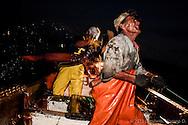 La pesca del calamar gigante es una actividad ardua, que se realiza completamente manual y siempre de noche. Cada jornada puede variar entre 8 y 12 horas en el mar para obtener entre una tonelada y tonelada y media de producto entre dos pescadores cada noche.
