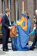 Koning Willem Alexander opent nieuw schoolgebouw Bartimeus, een organisatie voor blinden en slechtzienden.<br /> <br /> King Willem Alexander opens new school Bartimeus, an organization for the blind and visually impaired.<br /> <br /> Op de foto / On the photo: <br /> <br />  Koning Willem-Alexander onthult samen met twee leerlingen een plakette ///  King Willem-Alexander unveils a plaque along with two students