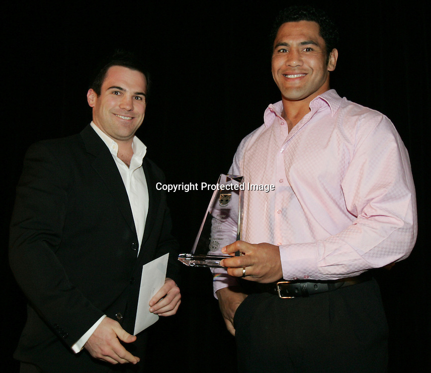 Ruben Wiki accepts his award at the New Zealand Vodafone Warriors Awards evening 2005. Photo: Photosport.co.nz