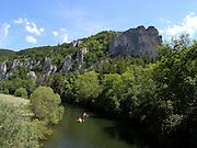 Paddler auf der Donau, Felsen, Donautal, Naturpark obere Donaul, Baden-Württemberg, Deutschland.|.river Danube, nature park upper Danube, Baden-Wuerttemberg, Germany