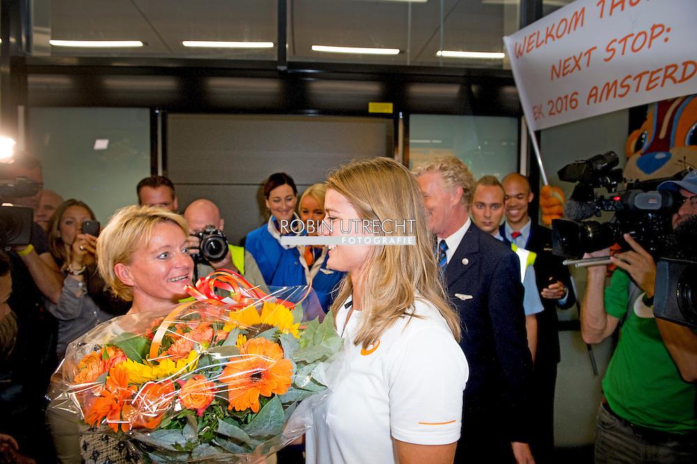 SCHIPHOL - Bestuurslid Ellen van Langen van de Atletiekunie huldigt Dafne Schippers na de aankomst van de medaillewinnares op Schiphol. Schippers won goud op de 200 meter en zilver op de 100 meter.  COPYRIGHT ROBIN UTRECHT