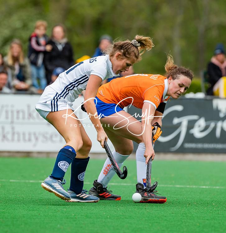 BLOEMENDAAL -   Nine Rijna (Bldaal) met Cecile Knuvers (Pin)  , Libera hoofdklasse hockey Bloemendaal-Pinoke (0-0). COPYRIGHT KOEN SUYK