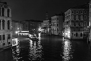 Italy. Venice at night. the grand canal , and the palace Camerlenghi at left-  the Grand Canal . at night  Venice - Italy  / le grand canal, et le palais Camerlenghi a gauche la nuit  Venise - Italie / VCE100B