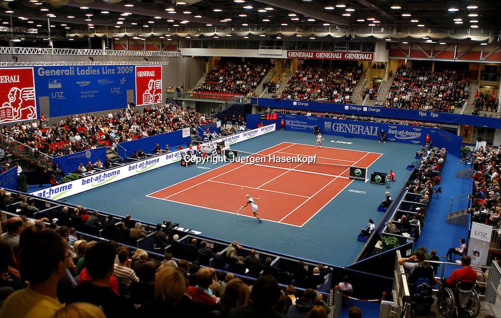 Generali Ladies Linz, WTA Tour, Damen Tennis Turnier in Linz,Oesterreich. Uebersicht von oben auf den Centre Court waehrend des Spiels Sybille Bammer (AUT) und hinten  Alexandra Dulgheru (ROU),..Foto: Juergen Hasenkopf..B a n k v e r b.  S S P K  M u e n ch e n, ..BLZ. 70150000, Kto. 10-210359,..+++ Veroeffentlichung nur gegen Honorar nach MFM,..Namensnennung und Belegexemplar. Inhaltsveraendernde Manipulation des Fotos nur nach ausdruecklicher Genehmigung durch den Fotografen...Persoenlichkeitsrechte oder Model Release Vertraege der abgebildeten Personen sind nicht vorhanden.