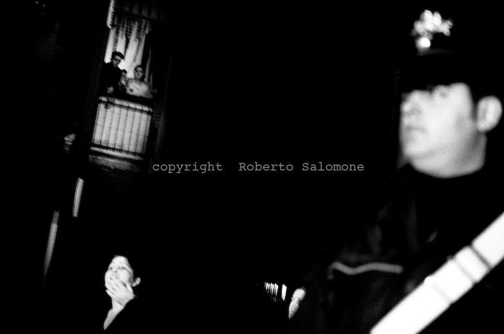 Napoli, Italia - 26 novembre 2009. Rabbia e disperazione delle donne del quartiere Ponticelli dopo l'arressto di alcuni camorristi Blitz dei Carabinieri di Napoli tra i comuni di Cercola e ponticelli. L'operazione ha portato all'arresto di diverse persone legate alla camorra accusate di estorsione.Ph. Roberto Salomone Ag. ControluceITALY, Naples - Rage of women after arrest of mafi a members. Carabinieri operation brought to the arrest of neapolitan mafia members on November 26, 2009.