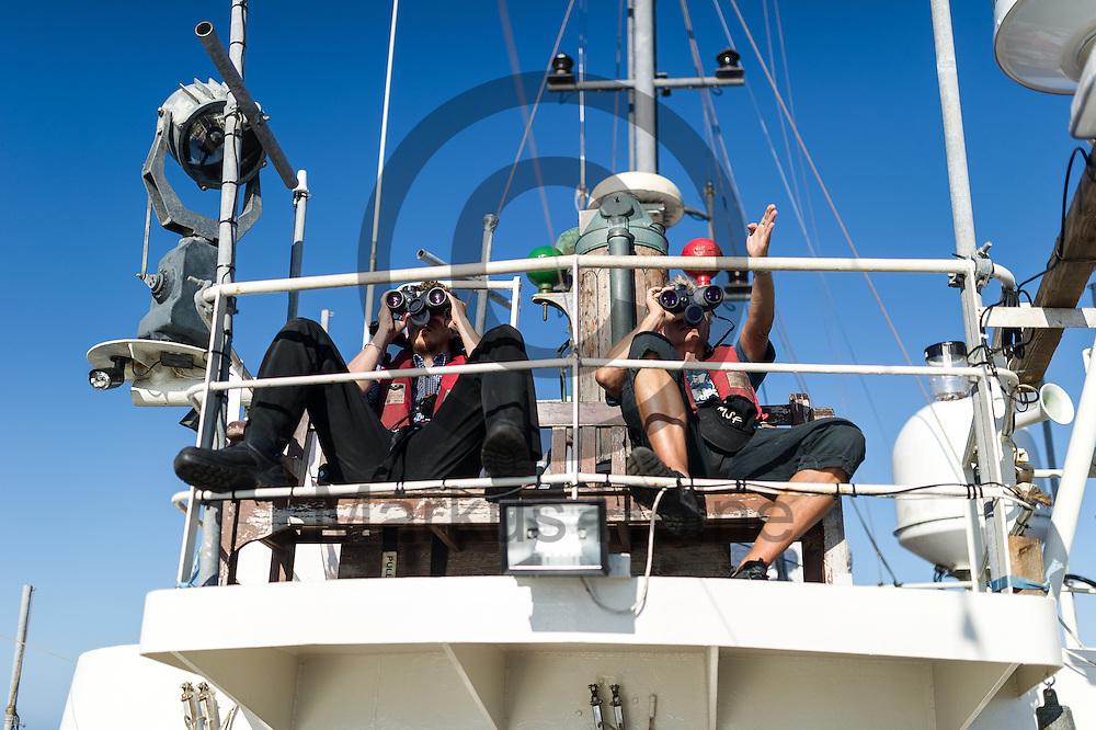 Der Bordarzt Frank Doerner (r) und der Elektriker Arne Kla&szlig; halten am 22.09.2016 auf dem Fluechtlingsrettungsboot Sea-Watch 2 in internationalen Gewaessern vor der libyschen Kueste Ausschau nach Booten mit Fluechtlingen die von der ibyschen Kueste starten. Foto: Markus Heine / heineimaging<br /> <br /> ------------------------------<br /> <br /> Veroeffentlichung nur mit Fotografennennung, sowie gegen Honorar und Belegexemplar.<br /> <br /> Publication only with photographers nomination and against payment and specimen copy.<br /> <br /> Bankverbindung:<br /> IBAN: DE65660908000004437497<br /> BIC CODE: GENODE61BBB<br /> Badische Beamten Bank Karlsruhe<br /> <br /> USt-IdNr: DE291853306<br /> <br /> Please note:<br /> All rights reserved! Don't publish without copyright!<br /> <br /> Stand: 09.2016<br /> <br /> ------------------------------