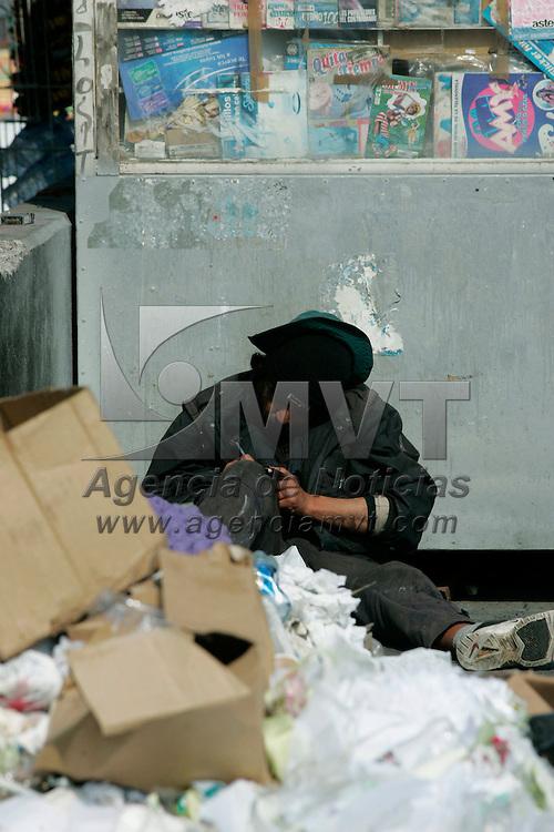 Toluca, Mex.- Un indigente sentado junto a un tiradero de basura que espera ser recogido por el camion de limpia publica en la calle de Santos Degollado. Agencia MVT / Javier Rodriguez. (DIGITAL)<br /> <br /> <br /> <br /> <br /> <br /> <br /> <br /> NO ARCHIVAR - NO ARCHIVE