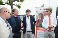 LOOSDRECHT - Rogier Hofman, Teun de Nooijer en Maurits Hendriks.  Lancering Sport Helpt, een initiatief van hockeyers Rogier Hofman en Tim Jenniskens. FOTO KOEN SUYK