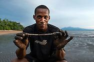 Extracción de gusano para carnada de pesca en la costa de Taimati. Pueblo de Taimati en la costa del  golfo de San Miguel, Provincia de Darien,  Océano Pacífico de Panamá.   El golfo de San Miguel es el estuario más grande de Panamá, con una extensión de unos 1,760 km2.  La comunidad de Taimati  esta conformada por indígenas Embera-Wounaan y criollos dedicados principalmente a la pesca artesanal y cultivos como el arroz, yuca y plátanos.