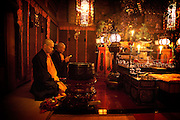 (En) January 2010 - Koyasan, Japan. 6am, morning ceremony at Rengejo-in temple. After the ceremony, the chief priest of the temple chats with visitors. (Fr) Janvier 2010 - Koyasan, Japon. Au temple Rengejo-in, priere du matin a 6h. Le moine principal du temple vient discuter avec les visiteurs apres la priere.