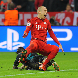 04.11.2015, Allianz Arena, Muenchen, GER, UEFA CL, FC Bayern Muenchen vs FC Arsenal, Gruppe F, im Bild Mathieu Debuchy (FC Arsenal) klaert vor Arjen Robben (FC Bayern Muenchen) // during the UEFA Champions League group F match between FC Bayern Munich and FC Arsenal at the Allianz Arena in Muenchen, Germany on 2015/11/04. EXPA Pictures © 2015, PhotoCredit: EXPA/ Eibner-Pressefoto/ Stuetzle<br /> <br /> *****ATTENTION - OUT of GER*****