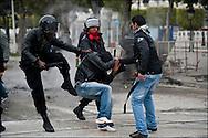 Les policiers et un habitant passent à tabac un prétendu voleur. // A la suite de nombreux pillages et saccages commis dans le centre ville de Tunis la Police accompagnée des habitants organisés en comité de quartiers chassent les pilleurs, Tunis dimanche 27 février 2011. © Benjamin Girette/IP3 press