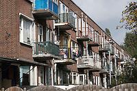 achterzijde van huizen in de Spruytstraat in de Rotterdamse Tarwewijk. Veel van de kleine huurwoningen worden bewoond door groepen Oosteuropese mannen die hier illegaal wonen.