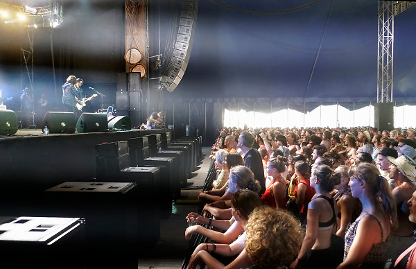 Nederland, Beuningen, Ewijk, 29-6-2018 Ook op de eerste dag konden festivalgangers van het festival Down the Rabbit Hole , dtrh naar binnen en hun tent opzetten. Het is warm en komende dagen blijft het zomerse weer . Vandaag begon het driedaagse festival bij Nijmegen. De amerikaanse rockband Rival Sons met leadzanger Jay Buchanan Foto: Flip Franssen