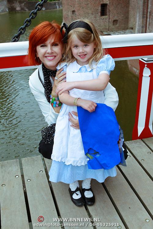 NLD/Haarzuilens/20110622 - Perspresentatie Alice in Wonderland van K3, Chazia Mourali en dochter Jasmijn