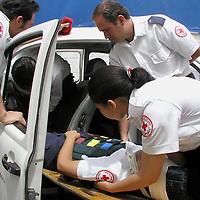 Metepec, Méx.- Estudiantes de la escuela de paramedicos de la Cruz Roja realizan practicas de extraccion segura de lesionados en el interior de vehiculos accidentados. Agencia MVT / Hernan Vazquez E. (DIGITAL)<br /> <br /> NO ARCHIVAR - NO ARCHIVE