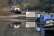Nederland, Nijmegen, 20-11-2011De waterstand in de rivier de Waal is ongewoon laag op dit moment van het jaar. Woonboten in een rivierarm aan de rand van de stad liggen op het droge.Foto: Flip Franssen/Hollandse Hoogte