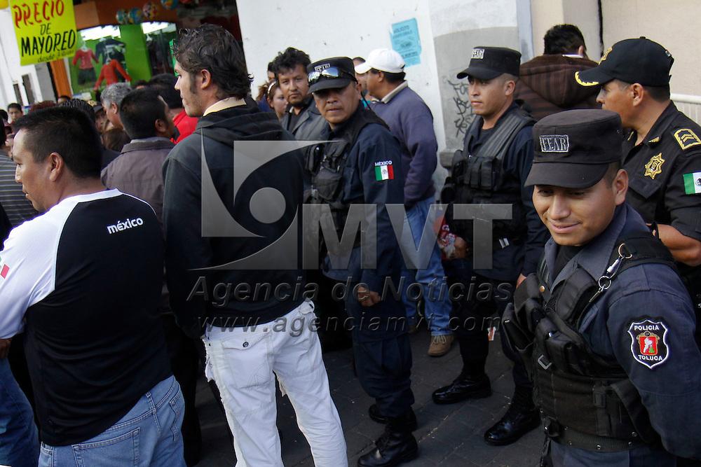 TOLUCA, México.- Comerciantes ambulantes afiliados al Frente Amplio de Organizaciones Sociales (FAOS)  repelieron un operativo de la dirección de Desarrollo Económico y Regulación del Comercio, que intentaba desalojar a más de 300 informales que ocupan las principales calles del centro de la capital mexiquense. Agencia MVT / Crisanta Espinosa. (DIGITAL)