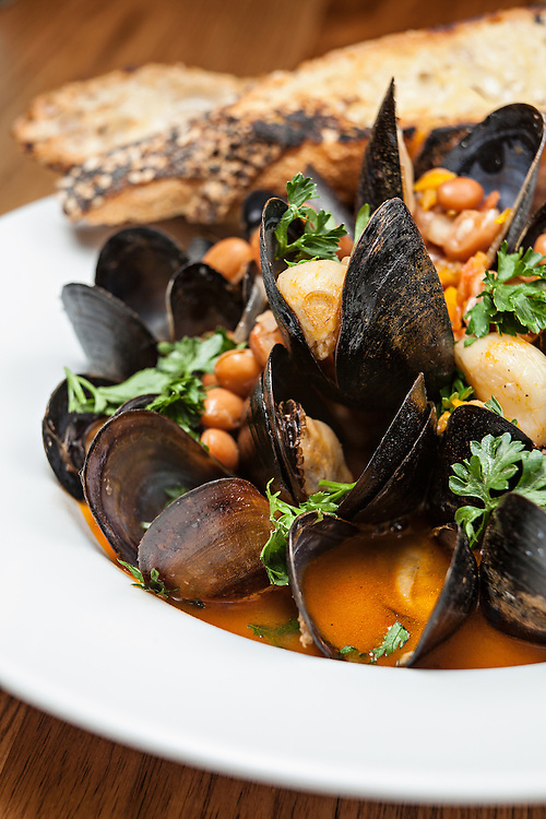 Mussels with brown beans and hard cola.
