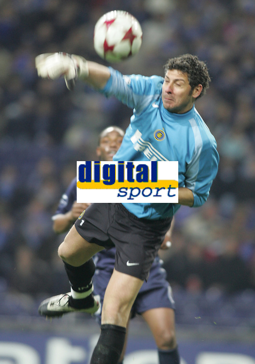 "PORTUGAL - PORTO 23 FEBRUARY 2005: FRANCESCO TOLDO #1 misses the ball, tha will give the goal to FC Porto, in the First Knock-out Round First Leg of the UEFA Champions League, match FC Porto (1) vs FC Internazionale (1), held in ""Dragao"" stadium  23/02/2005  21:02:08<br />
