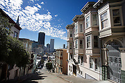 Huizen aan een steile heuvel op Kearny Street in San Francisco. De Amerikaanse stad San Francisco aan de westkust is een van de grootste steden in Amerika en kenmerkt zich door de steile heuvels in de stad.<br /> <br /> Houses at a steep hill in Kearny Street in San Francisco. The US city of San Francisco on the west coast is one of the largest cities in America and is characterized by the steep hills in the city.