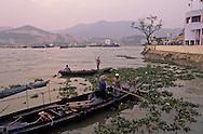 fishermen cleaning the inner harbour in front of China coast. Macau  ///  pêcheur en train de déblayer le port intérieur à 300m de Zouhai (Chine). Macao /// R211/13    L1585  /  R00211  /  P0006586