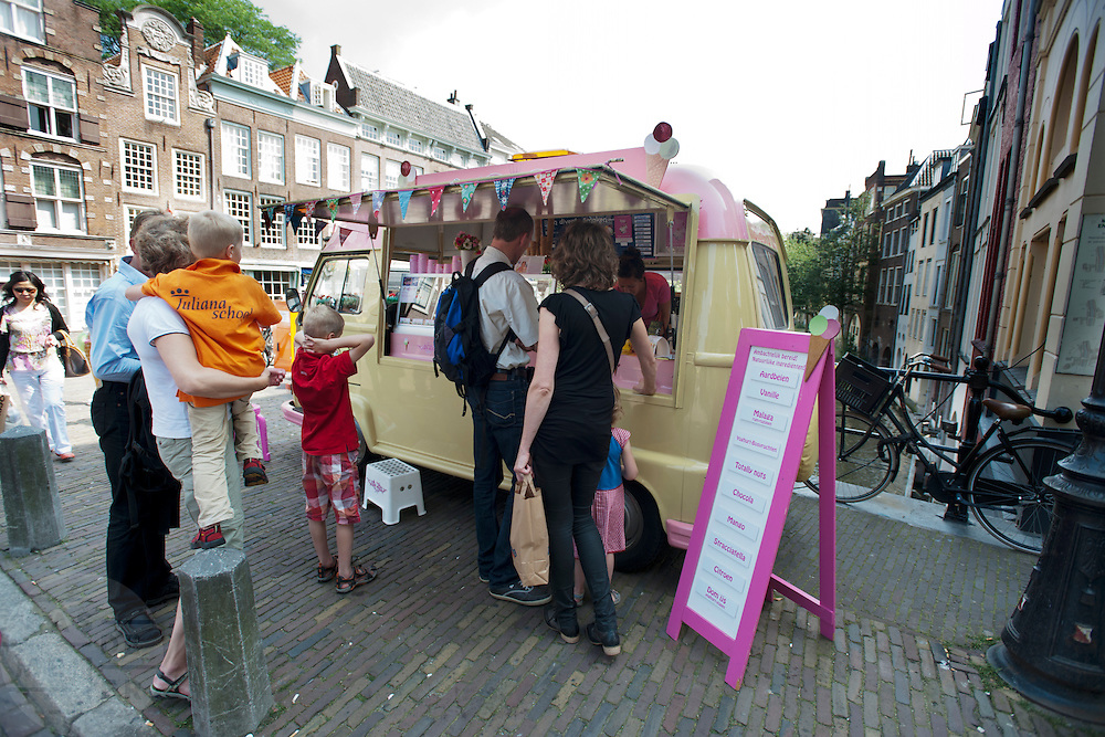 Een ijscowagen in het centrum van Utrecht.<br /> <br /> People are lining up to buy an ice cream.