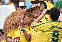 FUSSBALL WM 2014  VORRUNDE    GRUPPE G Kolumbien - Uruguay                  28.06.2014 Ein Fan aus Kolumbien mit Carlos Valderama Gedächtnis-Frisur, laesst sich von einem Fan mit Ronaldo Gedächtnis-Trikot fotografieren