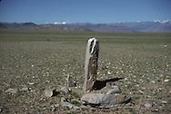 Mongolia. monoliths , Turkish tumb,  Khovd      / Pierre tombale turque (VI-VIIIème siècle). /  / Au pied de la chaîne montagnes de l'Altay, on peut trouver de ces pierres tombales laissees par les Turcs. Il s'agit en fait plus d'un memorial que d'une tombe proprement dite. Aucune sepulture ne fut mise à jour sous ces monolithes entoures de blocs rocheux. Malgre de nombreuses fouilles, ils gardent encore aujourd'hui leur secret. (Près de la ville de QOVD / /1    L920714b  /  P0002606