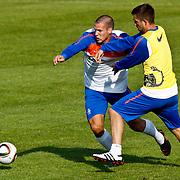 NLD/Katwijk/20100809 - Training van het Nederlands elftal, (VLNR) Ron Vlaar in duel met Theo Janssen  (R)