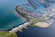 Nederland, Friesland, Groningen, Lauwersoog, 04-11-2018; Haven en Veerhaven voor veerdienst naar Schiermonnikoog. Schutsluis Robbengatsluis tussen Lauwersmeer en Waddenzee (links), afsluitdijk met R.J. Cleveringsluizen, de spuisluizen.<br /> Lauwersmeer and harbour on the border between Groningen and Friesland, Wadden sea and former Lauwers sea.<br /> <br /> luchtfoto (toeslag op standaard tarieven);<br /> aerial photo (additional fee required);<br /> copyright &copy; foto/photo Siebe Swart