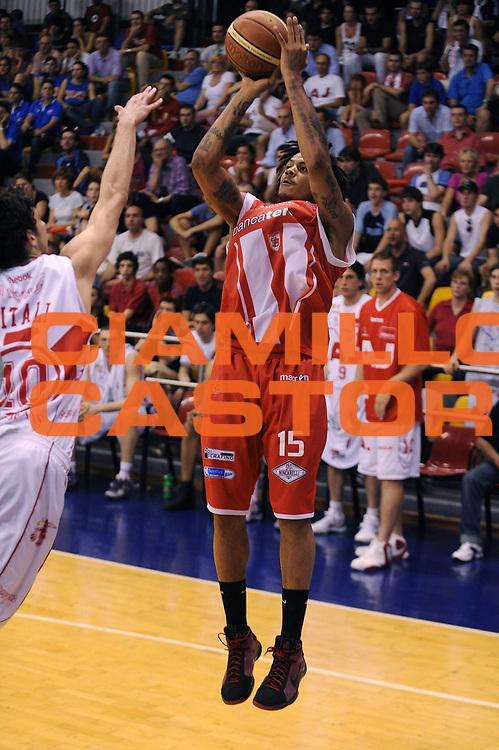 DESCRIZIONE : Milano Lega A 2008-09 Playoff Quarti di finale Gara 4 Armani Jeans Milano Bancatercas Teramo<br /> GIOCATORE : David Moss<br /> SQUADRA : Bancatercas Teramo<br /> EVENTO : Campionato Lega A 2008-2009<br /> GARA : Armani Jeans Milano Bancatercas Teramo<br /> DATA : 24/05/2009<br /> CATEGORIA : tiro<br /> SPORT : Pallacanestro<br /> AUTORE : Agenzia Ciamillo-Castoria/A.Dealberto