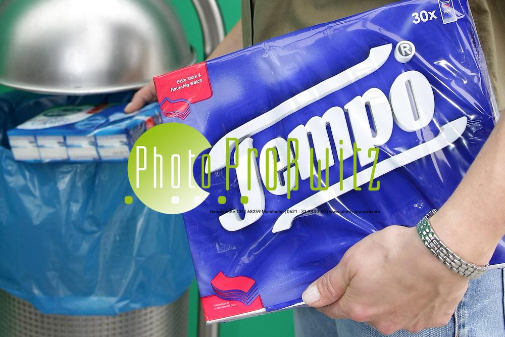Mannheim. Zewa-Hersteller kauft Tempo. SCA &Uuml;bernimmt Tempo im M&auml;rz 2007.<br /> P&uuml;nktlich zum Fr&uuml;hlingsstart haben die Taschent&uuml;cher bei Procter &amp; Gamble ausgedient: Der US-Konzern hat die Traditionsmarke Tempo an den schwedischen Zewa-Produzenten Svenska Cellulosa verkauft. Svenska Cellulosa (SCA) zahlt f&uuml;r das europ&auml;ische Hygienepapier- und Taschent&uuml;chergesch&auml;ft von Procter &amp; Gamble Chart zeigen 512 Millionen Euro in bar. Durch den Deal erh&auml;lt SCA nicht nur die Markenrechte f&uuml;r Tempo, sondern auch Europa-Lizenzen f&uuml;r die K&uuml;chenpapier-Marke Bounty und das Toilettenpapier Charmin. Der Umsatz der &uuml;bernommenen Sparten bel&auml;uft sich nach SCA-Angaben auf etwa 500 Millionen Euro j&auml;hrlich. Die Zustimmung der Kartellbeh&ouml;rden zu dem Gesch&auml;ft steht noch aus.<br /> Die Kartellbeh&ouml;rde teilt mit, dass SCA eine Marke wieder vrkaufen muss. Daraufhin teilt das Untenehmen mit, dass die Marke Zewa Softis verkauft werden soll. <br /> Bild: Markus Pro&szlig;witz<br /> ++++ Archivbilder und weitere Motive finden Sie auch in unserem OnlineArchiv. www.masterpress.org ++++