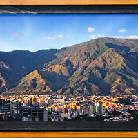 Foto panorámica del Avila impress en lienzo (canvas) Hahnemüehle fine art papers, con marco museo color cerezo, tamaño impresión 70 x 15 cm. Marco 72 x 19 cm. Firmado y con certificate de autenticidad. Panoramic photo of Avila printed on canvas (canvas) Hahnemüehle fine art papers, with frame museum color cherry, print size 70 x 15 cm. Frame 72 x 19 cm. Signed and with certificate of authenticity.
