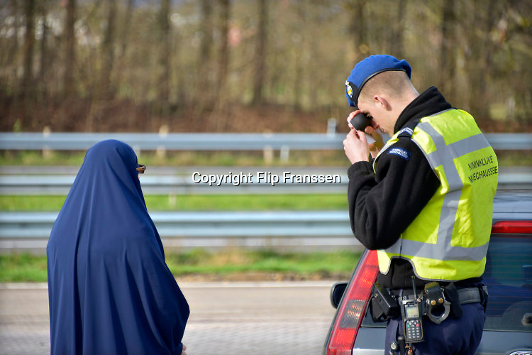 Nederland, Eijsden, 12-2-2016 Grenscontrole door de marechaussee op de A2 tegen illegalen en mensensmokkelaars. (afgebeelde mensen hebben geen bezwaar gemaakt). Mensensmokkel via Belgie. The Netherlands, Nederland,Extra border security on the N325 higway by the Military Police at the border with Belgium. Foto: Flip Franssen / Hollandse Hoogte Foto: Flip Franssen