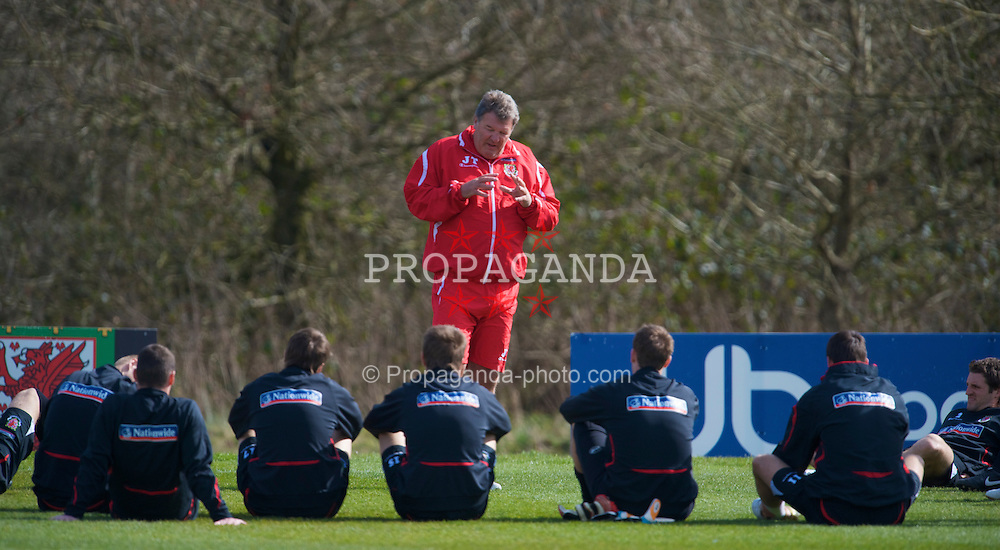 CARDIFF, WALES - Tuesday, March 24, 2009: Wales' manager John Toshack gives his squad a team-talk during training at the Vale of Glamorgan ahead of the 2010 FIFA World Cup Qualifying Group 4 match against Finland. (Pic by David Rawcliffe/Propaganda)