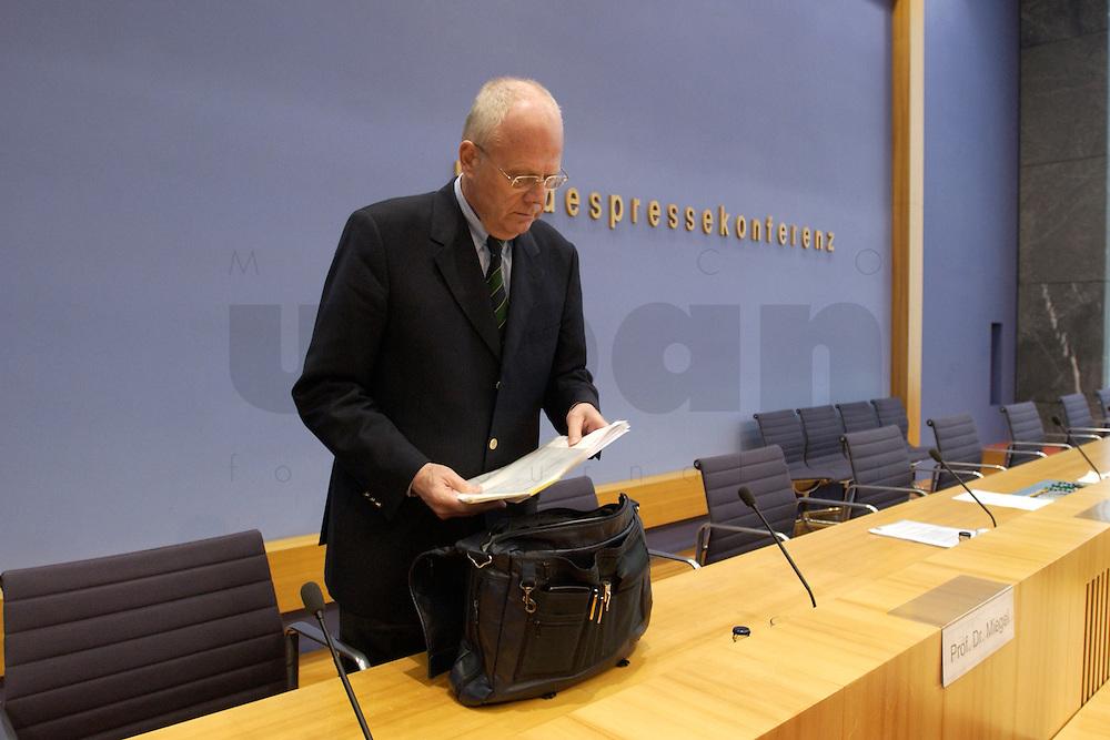 """13 MAY 2004, BERLIN/GERMANY:<br /> Prof. Meinhard Miegel, Buergerkonvent und Leiter des Instituts fuer Wirtschaft und Gesellschaft Bonn e.V., IWG Bonn, packt seine Aktentasche aus, vor Beginn der Pressekonferenz """"Fuer ein besseres Deutschland"""" - eine Aktionsgemeinschaft von 10 Reforminitiativen mit Forderungen an die Politik, Bundespressekonferenz<br /> IMAGE: 20040513-01-001<br /> KEYWORDS: Bürgerkonvent"""