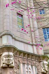 A Catedral Metropolitana de Porto Alegre, ou Igreja Mãe de Deus, localiza-se no centro da cidade, na Praça da Matriz e é considerada um dos símbolos de Porto Alegre e motivo de orgulho da comunidade católica no estado. Sua história está ligada a fundação e desenvolvimento da cidade, uma vez que fora criada para prestar assistência religiosa aos imigrantes açorianos. Arquitetada pelo professor italiano de Belas Artes, João Batista Giovenale, o templo caracteriza-se pelas linhas que revelam traços da Arte Renascentista. O contraste entre os três corpos salientes (frontispícios e torre), com intervalos na altura dos terraços sobre as naves laterais, dá ares de contemporaneidade ao local. Aceita reservas para eventos e celebrações especiais, disponibilizando o templo e salão nobre (antiga cripta). FOTO: Jefferson Bernardes/ Agência Preview
