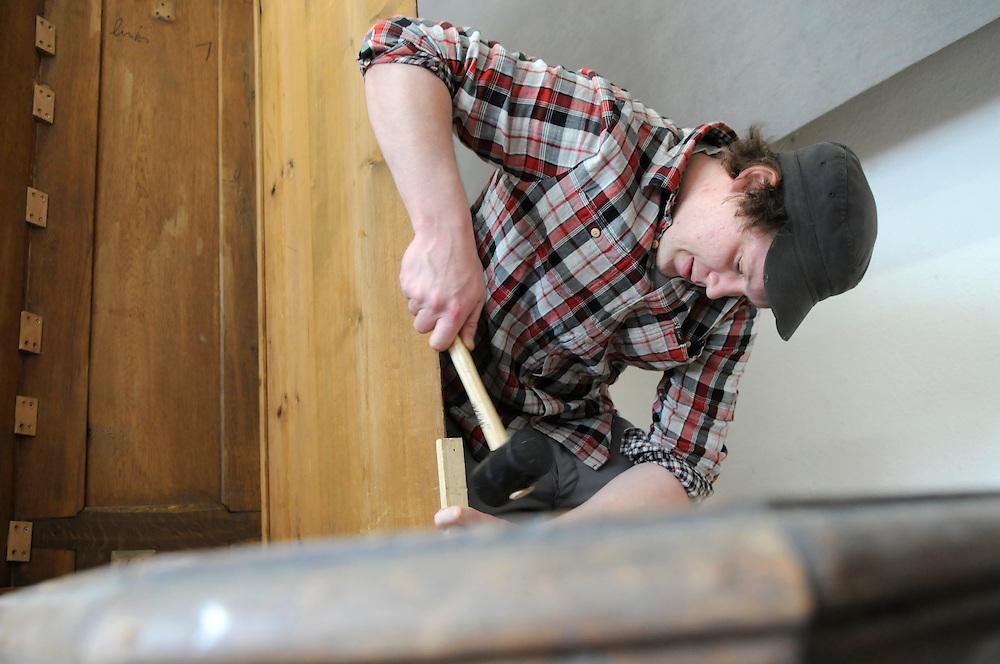 Ein Mann baut einen Schrank zusammen   |  a wood worker restores  an old cupboard   |