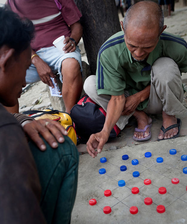 MANILA, PHILIPPINES: Men playing 'damas', a local version of checkers, at the Jose Rizal Park in Manila, Philippines.