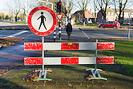 Nederland, Tilburg, 20151126<br /> Het trottoir is afgezet met een rood-wit geblokt hekwerk. Boven op het hekwerk staat een verbodsbord voor voetgangers. Rondom de afzetting is niets te zien van werkzaamheden. overbodig<br /> <br /> Netherlands, Tilburg, 20151126