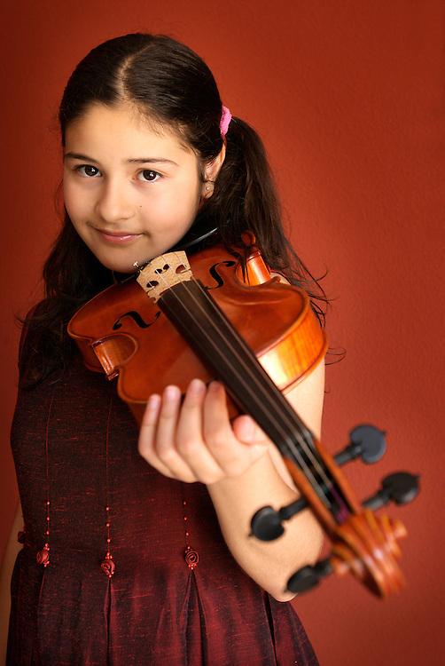 Carla Marrero, violinista con un violin fabricado por Fernando Solar y un arco fabricado por Mercedes Solar.