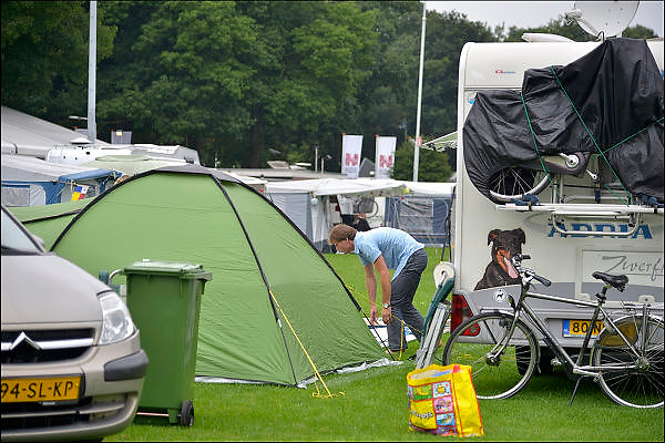 Nederland, Nijmegen, 15-7-2015De voorbereidingen voor de komende vierdaagse en bijhorende zomerfeesten zijn in volle gang. Op de Waalkade en het Valkhof wodt gewerkt aan de podia en  de vierdaagsecamping op de sportvelden van SC Hatert loopt langzaam maar zeker vol. Zaterdag gaan de zomerfeesten in de stad van start en vanaf dinsdag de lopers aan de vierdaagse. The International Four Day Marches Nijmegen, or Vierdaagse, is the largest marching event in the world. It is organized every year in Nijmegen mid-July as a means of promoting sport and exercise. Participants walk 30, 40 or 50 kilometers daily, and on completion, receive a royally approved medal, Vierdaagsekruisje. The participants are mostly civilians, but there are also a few thousand military participants. The maximum number of 45,000 registrations has been reached. More than a hundred countries have been represented in the Marches over the years.  Foto: Flip Franssen/Hollandse Hoogte